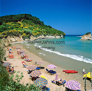 Greece, Corfu, Sidari: Busy beach on North coast of island   Griechenland, Korfu, Sidari: Strand an der Nordkueste