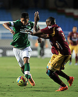 CALI - COLOMBIA -10-04-2014: Cristian Marrugo (Izq.) jugador de Deportivo Cali disputan el balón con Breiner Bonilla (Der.) jugador de Deportes Tolima durante  partido Deportivo Cali y Deportes Tolima por la fecha 16 de la Liga Postobon I 2014 en el estadio Pascual Guerrero de la ciudad de Cali. / Cristian Marrugo (L) player of Deportivo Cali fights for the ball with Breiner Bonilla (R) players of Deportes Tolima during a match between Deportivo Cali and Deportes Tolima for the date 16th of the Liga Postobon I 2014 at the Pascual Guerrero stadium in Cali city. Photo: VizzorImage / Luis Ramirez / Staff.