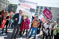 """Pflege in Bewegung - Bundesweite Gefaehrdungsanzeige.<br /> Am Freitag den 12. Mai fand in Berlin zum """"Internationaler Tag der Pflege"""" die Abschlussveranstaltung der Aktionskampagne """"bundesweite Gefaehrdungsanzeige"""" am Brandenburger Tor statt.<br /> Neben Redebeitraegen von Politik gab es es Statements von Initiatoren der Kampagne und Aktivisten der Pflegeszene, sowie Politiker der Linkspartei, der SPD und der Gruenen. Erstmals wurde das Strategiepapier """"Zukunft(s)Pflege"""" oeffentlich vorgestellt.<br /> Im Anschlus wurden ueber 8.500 Unterschriften im Bundesgesundheitsministerium uebergeben.<br /> Im Bild vlnr.: Bernd Riexinger, Parteivorsitzender der Linkspartei redet zu den Kundgebungsteilnehmern. Rechts von ihm Mechthild Rawert von B90/Gruene und Elisabeth Scharfenberg von der SPD.<br /> 12.5.2017, Berlin<br /> Copyright: Christian-Ditsch.de<br /> [Inhaltsveraendernde Manipulation des Fotos nur nach ausdruecklicher Genehmigung des Fotografen. Vereinbarungen ueber Abtretung von Persoenlichkeitsrechten/Model Release der abgebildeten Person/Personen liegen nicht vor. NO MODEL RELEASE! Nur fuer Redaktionelle Zwecke. Don't publish without copyright Christian-Ditsch.de, Veroeffentlichung nur mit Fotografennennung, sowie gegen Honorar, MwSt. und Beleg. Konto: I N G - D i B a, IBAN DE58500105175400192269, BIC INGDDEFFXXX, Kontakt: post@christian-ditsch.de<br /> Bei der Bearbeitung der Dateiinformationen darf die Urheberkennzeichnung in den EXIF- und  IPTC-Daten nicht entfernt werden, diese sind in digitalen Medien nach §95c UrhG rechtlich geschuetzt. Der Urhebervermerk wird gemaess §13 UrhG verlangt.]"""