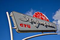 KFZ-Pruefstelle: EUROPA, DEUTSCHLAND, HAMBURG, (EUROPE, GERMANY), 24.10.2013  KFZ-Pruefstelle, Werbeschild mit symbol eines Pruefstempels