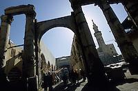 SYRIA Damascus, view from romanian arc to Umayyad mosque the Great Mosque of Damascus / SYRIEN Damaskus Damascus, Blick durch roemischen Torbogen zur Umayyaden Moschee, die Grosse Moschee
