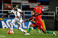 CALI - COLOMBIA – 13 -02-2017: Diego Chica (Der.) jugador de Cortulua, disputa el balón con Uvaldo Luna (Izq.) jugador de Patriotas FC, durante partido entre Cortulua y Patriotas FC, por la fecha 3 de la Liga Aguila I 2017 jugado en el estadio Pascual Guerrero de la ciudad de Cali. / Diego Chica (R) of player of Cortulua vies for the ball with Uvaldo Luna (L), player of Patriotas FC, during a match Cortulua and Patriotas FC, for the date 3 of the Liga Aguila I 2017 played at the Pascual Guerrero stadium in Cali city. Photo: VizzorImage / Luis Ramirez / Staff.
