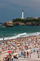 Europe/France/Aquitaine/64/Pyrénées-Atlantiques/Pays-Basque/Biarritz:La Grande Plage et l'esplanade du Casino en fond le phare à la pointe Saint-Martin