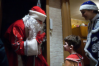 RUSSLAND, Moskau, 12.2007. ©  Sergey Kozmin/EST&OST.Weihnachten mit Vaeterchen Frost. Besuch bei den Kindern im Plattenbau. | Christmas with Father Frost. Visiting the children in the prefab blocks.