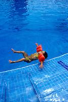 Criança em piscina, Puerto Vallarta. México. 2003. Foto de Luciana Whitaker.