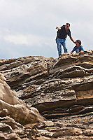 Europe/France/Aquitaine/64/Pyrénées-Atlantiques/Pays-Basque/Guéthary:  Randonnée  sur le sentier littoral - Les roches de la plage de Guéthary, appelées flysch calcaires à silex [Autorisation : 2011-124]