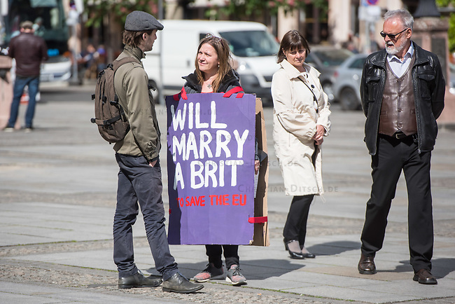 """#EuropaDemo von """"Pulse of Europe"""" am Sonntag den 5. Mai 2019 auf dem Berliner Gendarmenmarkt.<br /> Als Redenerin war u.a. Annegret Kramp-Karrenbauer, Bundesvorsitzende der CDU eingeladen.<br /> Im Bild: Eine Demonstrantion mit einem Plakat mit der Aufschrift: """"Will marry a brit Save the EU"""".<br /> 5.5.2019, Berlin<br /> Copyright: Christian-Ditsch.de<br /> [Inhaltsveraendernde Manipulation des Fotos nur nach ausdruecklicher Genehmigung des Fotografen. Vereinbarungen ueber Abtretung von Persoenlichkeitsrechten/Model Release der abgebildeten Person/Personen liegen nicht vor. NO MODEL RELEASE! Nur fuer Redaktionelle Zwecke. Don't publish without copyright Christian-Ditsch.de, Veroeffentlichung nur mit Fotografennennung, sowie gegen Honorar, MwSt. und Beleg. Konto: I N G - D i B a, IBAN DE58500105175400192269, BIC INGDDEFFXXX, Kontakt: post@christian-ditsch.de<br /> Bei der Bearbeitung der Dateiinformationen darf die Urheberkennzeichnung in den EXIF- und  IPTC-Daten nicht entfernt werden, diese sind in digitalen Medien nach §95c UrhG rechtlich geschuetzt. Der Urhebervermerk wird gemaess §13 UrhG verlangt.]"""