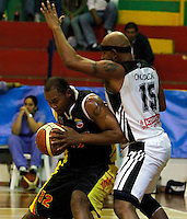 MANIZALES-COLOMBIA-11-03-2013.  Diomedes Casiani del Once Caldas, Bloquea su contendor durante partido de la fecha 11 de la Liga Direct TV de baloncesto Profesional de Colombia 2013./  during the game of the date 11 of Colombian Professional basketball League DirecTV 2013. Photo: VizzorImage/STR