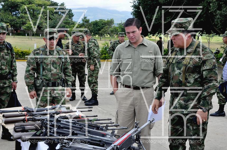 TAME - COLOMBIA - 21-07-2013: Juan Carlos Pinzon (Cent.), Ministro de Defensa de Colombia y el General Sergio Mantilla (Der.) Comandante del Ejército Nacional, observan las armas incautadas a las Fuerzas Armadas Revolucionarias de Colombia (FARC), durante rueda de prensa en Tame departamento de Arauca, Colombia, julio 21 de 2013. El Presidente Juan Manuel Santos, durante consejo de seguridad en esta población, ordeno a la Fuerzas Miltares aumentar los operativos para dar con los responsables del atentado  donde al menos 15 soldados del Ejercito de Colombia murieron en un ataque de las FARC a un grupo de soldados que cuidaban el oleoducto en esta región del país. (Foto: MinDefensa / VizzorImage / Filibrto Guarnizo / Cont.). Juan Carlos Pinzon (C), Minister of Defense of Colombia and General Sergio Mantilla (R) Commander of the Colombian Army, observed the weapons seized from the Revolutionary Armed Forces of Colombia (FARC), during press conference in Tame department Arauca, Colombia, July 21, 2013. President Juan Manuel Santos, during the Security Council in this city, ordered the Army increase the Military operating to find those responsible for the attack in which at least 15 Army soldiers were killed for the FARC attack to a group of soldiers guarding the pipeline in this region. (Photo: Minister of Defense / VizzorImage / Filibrto Guarnizo / Cont.)
