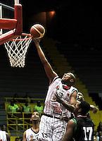 BOGOTA - COLOMBIA: 05-04-2013: Fuentes (Izq.) de Piratas de Bogotá, disputa el balón con Abraham (Der.) de Manizales Once Caldas, abril 5 de 2013. Piratas y Manizales Once Caldas en la  fecha 23 de  la Liga Directv Profesional de baloncesto en partido jugado en el Coliseo El Salitre. (Foto: VizzorImage / Luis Ramírez / Staff). Fuentes (L) of Piratas from Bogota, fights for the ball with Abraham (R) of Manizales Once Caldas, April 5, 2013. Piratas and Manizales Once Caldas in the match for the 23 date of the Directv Professional League basketball, game at the Coliseo El Salitre. (Photo: VizzorImage / Luis Ramirez / Staff).