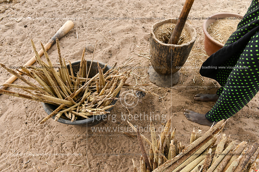 SENEGAL, Sahel, village Ngoxé Djoloff, women pound millet with wooden mortar / Trockenheit im Sahel, Frau stampft Hirse