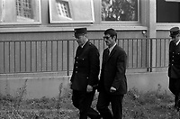 Palais de Justice. 4 octobre 1971. plan 3/4 de René Vignal (vue de3/4 face), menotté à un policier, lors de son arrivée au Palais de Justice. Cliché pris lors du procès de René Vignal (ancien footballeur), accusé d'une série de braquages perpétués à Toulouse et dans la région bordelaise entre 1969 et 1970. Observation: Au côté de René Vignal, comparaissaient également MM. Francis Bataille, Roger Claverie, Roger Martin, Marcel Filiol, Jean-Pierre Arrou, Guy Martin, René Doncel et Jean-Louis Parrenin.