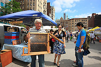 David Graves set up his first hive in New York in 1997 before the ban by the Giuliani administration. Today, he has 14 hives in Manhattan, Brooklyn and the Bronx.<br /> At the organic market on Union Square, David doesn't forget to bring his glassed enclosed exhibition hive for his customers and schoolchildren.