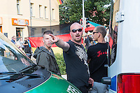 """Ca. 500 Menschen demonstrierten am Freitag den 31. Juli 2015 im Saechsischen Feital gegen Rassismus und fuer die Aufnahme von Fluechtlingen.<br /> Nach mehreren Wochen rassistischer Uebergriffe und Bedrohungen durch einen Teil der Freitaler Bevoelkerung war dies ein Zeichen der Solidaritaet mit den gefleuchteten Menschen.<br /> Am Rande der Demonstration kam es immer wieder zu rassistischen Poebeleien, Flaschenwuerfen und versuchten Angriffen auf die Demonstranten durch Neonazis und Hooligans die sich vor ihrer Stammkneipe """"Timba"""" versammelt hatten. Vereinzelt ging die Polizei gegen die Rechten vor und nahm mindestens eine Person wegen zeigen eines Hitlergrusses fest. Die Flaschenwuerfe blieben fuer die Rechten folgenlos.<br /> Im Bild: Ein Rechter droht in Richtung Journalisten.<br /> 31.7.2015, Freital/Sachsen<br /> Copyright: Christian-Ditsch.de<br /> [Inhaltsveraendernde Manipulation des Fotos nur nach ausdruecklicher Genehmigung des Fotografen. Vereinbarungen ueber Abtretung von Persoenlichkeitsrechten/Model Release der abgebildeten Person/Personen liegen nicht vor. NO MODEL RELEASE! Nur fuer Redaktionelle Zwecke. Don't publish without copyright Christian-Ditsch.de, Veroeffentlichung nur mit Fotografennennung, sowie gegen Honorar, MwSt. und Beleg. Konto: I N G - D i B a, IBAN DE58500105175400192269, BIC INGDDEFFXXX, Kontakt: post@christian-ditsch.de<br /> Bei der Bearbeitung der Dateiinformationen darf die Urheberkennzeichnung in den EXIF- und  IPTC-Daten nicht entfernt werden, diese sind in digitalen Medien nach §95c UrhG rechtlich geschuetzt. Der Urhebervermerk wird gemaess §13 UrhG verlangt.]"""