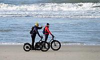 Nederland - Camperduin - 2019 .  Steppen op het strand van Camperduin.  Foto Berlinda van Dam / Hollandse Hoogte