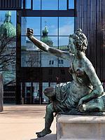 Leopoldsbrunnen, Spiegelung der Hofburg im Haus der Musik, Innsbruck, Tirol, Österreich, Europa<br /> Leopoldfountain, reflexion of Hofburg at house of music, Innsbruck, Tyrol, Austria, Europe