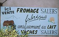 France/15/Cantal/Parc Régional des Volcans/Massif du Puy Mary: Panneau vente directe - Fromages Salers