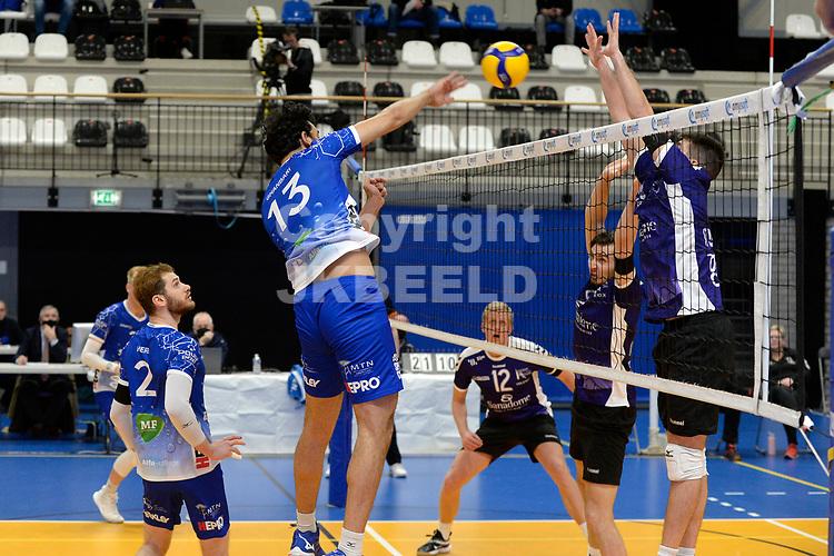 09-01-2021: Volleybal: Amysoft Lycurgus v VOCASA: Groningen smash Lycurgus speler Hossein Ghanbari