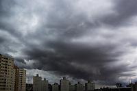 SÃO PAULO, SP. 10.12.2014 - CLIMA -  Nuvens carregadas vistas no céu do bairro do Sacomã zona Sul da capital Paulista na tarde desta quarta-feira, (10). (Foto: Renato Mendes/ Brazil Photo Press)