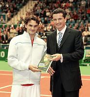 """16-02-2005,Rotterdam, ABNAMROWTT , Richard Krajicek ontvangt zijn boek """"Harde Ballen uit handen van Roger Federer"""