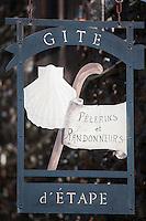 Europe/France/Midi-Pyrénées/12/Aveyron/Conques: Enseigne d'un Gite d'étape, sur une Maison  médiévale du village sur le Chemin de Saint-Jacques-de-Compostelle