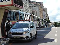 Recife - PE, 20/05/2021 - Motoristas e cobradores do Sistema de Transportes Públicos de Passageiros da região metropolitana do Recife (STPP/RMR), realizam ato nesta quinta (20), no centro do Recife, para reivindicar prioridade na campanha de vacinação contra a Covid-19. Os rodoviários estão com os ônibus estacionados na Ponte Duarte Coelho no Bairro da Boa Vista.