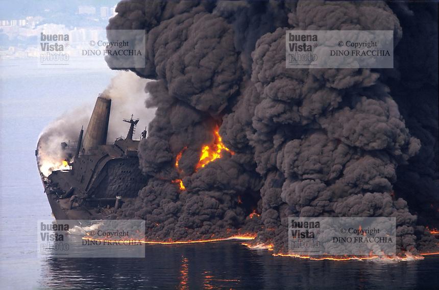 """- The 11 April 1990 the Haven oil-tanker, coming from the Kharg terminal in the Persian Gulf with a load of 220 thousand tons of """"iranian heavy oil"""", catch fire in front of Genoa, and sink, killing some men of the crew and provoking most serious ecological accident of this type never happened in Italy. <br /> <br /> - L'11 aprile del 1990 la petroliera Haven, proveniente dal terminale di Kharg, nel Golfo Persico con un carico di 220 mila tonnellate di """"iranian heavy oil"""", dopo averne regolarmente scaricate 80 mila al Porto Petroli di Multedo, si incendia al largo di Genova e affonda, uccidendo alcuni uomini dell'equipaggio e provocando il più grave incidente ecologico di questo tipo mai avvenuto in Italia."""
