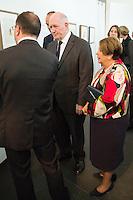 LE GENERAL SIR PETER COSGROVE, GOUVERNEUR GENERAL DíAUSTRALIE ET LADY COSGROVE - VERNISSAGE DE LíEXPOSITION 'LíåIL ET LA MAIN' A L'AMBASSADE D'AUSTRALIE