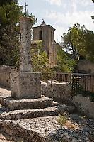 Europe/France/Provence-Alpes-Côte d'Azur/84/Vaucluse/Lubéron/Les Taillades:  Le vieux village des Taillades est construit autour d'une ancienne carrière - L'église Sainte-Luce