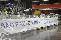 SA~O PAULO, SP, 15.02.2015  CARNAVAL 2015  SÃO PAULO  GRUPO DE ACESSO / COLORADO DO BRAS  Funcionarios durante desfile do grupo de acesso do Carnaval de São Paulo, na noite deste domingo, (15). (Foto: Marcos Moraes / Brazil Photo Press).