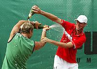 18-07-2005, Amersfoort, Tennis ,Priority Dutch Open, Martin Verkerk spuit Champagne over het hoofd van zijn coach Nick Carr na zijn overwinning op de Dutch Open