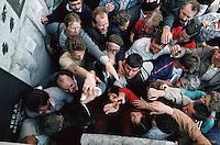 LETTLAND, 21.08.1991.Riga.Waehrend des Anti-Gorbatschow-Putsches versuchen sowjetische Truppen, die Kontrolle ?ber Riga zu erhalten, mit dem Scheitern des Putsches gewinnt Lettland endgueltig seine Unabhaengigkeit. Ð Verkuendung der Unabhaengigkeit am verbarrikadierten Parlament durch Ausgabe von Handzetteln mit der Deklaration (Massenmedien waren druch den Putsch ausser Betrieb)..During the anti-Gorbachev-coup Soviet troops try to obtain control of Riga. With the failure of the coup Latvia finally regains its independence. - Declaring independence at the barricaded parliament by handing out leaflets (mass media was not working thanks to the coup)..© Martin Fejer/EST&OST