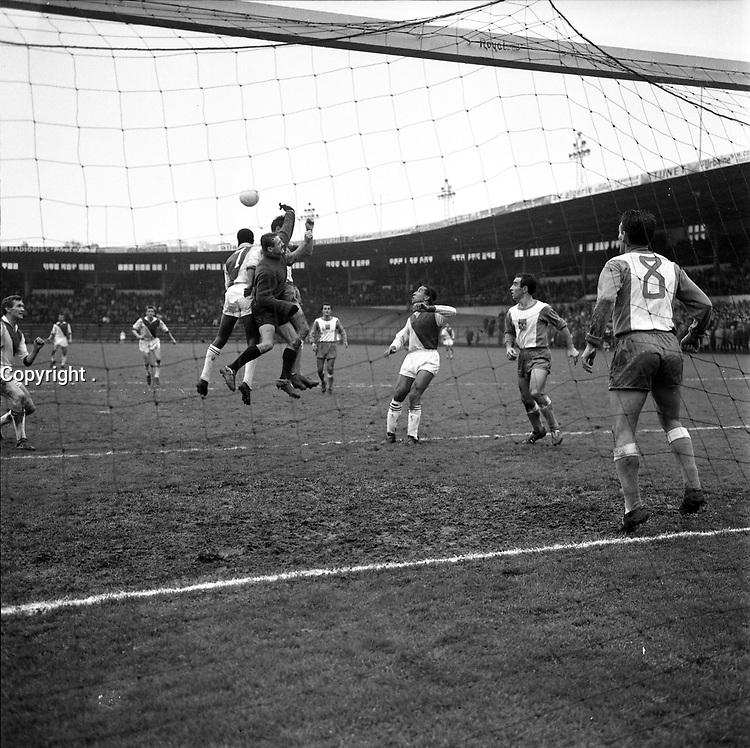 Stadium municipal de Toulouse, 1bis allées Gabriel-Biénès. 3 décembre 1961. L'équipe du Toulouse Football Club rencontre l'équipe de Monaco. Cliché pris durant le match, juste derrière la cage de but ; au 1er plan filet de la cage de but ; au 2nd plan action de jeu ; en arrière-plan gradins avec spectateurs.