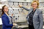 Foto: VidiPhoto<br /> <br /> ARNHEM – Proefopstelling van energietransitie bij de Hogeschool Arnhem Nijmegen (HAN) in Arnhem met de onderzoekers-docenten Patricia Boogaard en Joke Westra (blauwe jas).