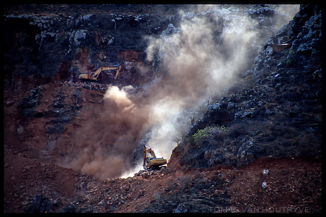 Heavy equipment digs a road through steep cliffs on the South side of the island of Socotra, Yemen on Saturday, 21 May 2005.<br />