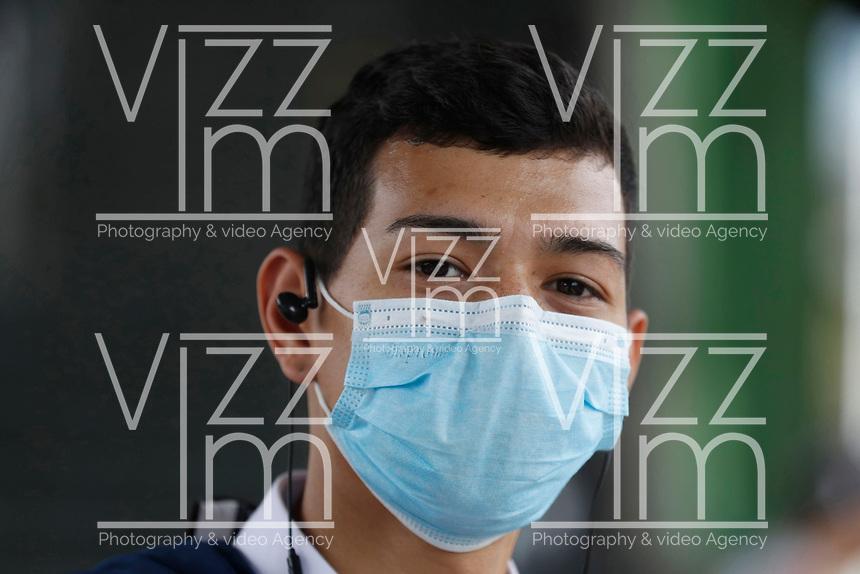 MEDELLÍN - COLOMBIA, 29-04-2020:Ciudadanas y ciudadanos utilizan el tapabocas que es obligatorio en el Metro ,durante el aislamiento  preventivo obligatorio contra la propagación del Coronavirus./<br /> Citizens of Medellín use the mask that is mandatory in the Metro, during the mandatory preventive isolation against the spread of the Coronavirus. Photo: VizzorImage /León Monsalve / Contribuidor