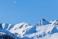 Europe/France/73/Savoie/Val d'Isère:  Parapentes et la chaîne  de Bellevarde