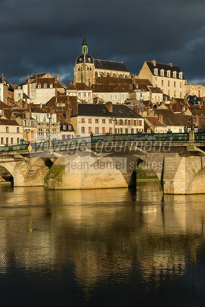 France, Yonne (89), Joigny, l'Yonne et l'église Saint-Jean // France, Yonne, Joigny, river Yonne and Saint Jean church