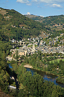 France, Aveyron (12), Entraygues-sur-Truyère, au confluent du Lot et de la Truyère // France, Aveyron, Entraygues-sur-Truyère, the little town at the confluence of the Lot and Truyère