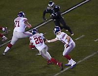 quarterback Eli Manning (10) of the New York Giants gibt den Ball an nyg28 - 09.12.2019: Philadelphia Eagles vs. New York Giants, Monday Night Football, Lincoln Financial Field