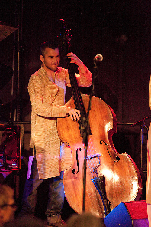 Europa, DEU, Deutschland, Nordrhein Westfalen, NRW, Rheinland, Niederrhein, Kempen, Aron Ghosh Indo-Jazz Sextet (England), Liran Donin (Bass), Kategorien und Themen, Menschen, Mensch, Personen, Person, Menschenfotos, People, Musik, Musiker, Konzert, Konzerte, Events....[ For each utilisation of my images my General Terms and Conditions are mandatory. Usage only against use message and proof. Download of my General Terms and Conditions under http://www.image-box.com or ask for sending. A clearance before usage is necessary...Material is subject to royalties. Each utilisation of my images is subject to a fee in accordance to the present valid MFM-List...Contact | archive@image-box.org | www.image-box.com ]