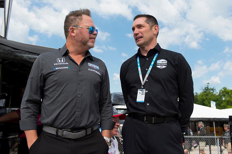 Mike Shank (L), Meyer Shank Racing Honda, speaks with Max Papis