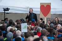 """Verschiedene Verschwoerungstheoretiker und rechte Gruppen versammelten sich am Montag den 21. April 2014 auf dem Potsdamer Platz zu einer sog. Montagsdemonstration unter dem Label """"Friedensbewegung 2.0"""". Zu der """"Manhwache"""" kamen weit ueber 1.00 Menschen.<br /> Die Macher der Montagsdemo-Mahnwachen sehen sich selber als eine """"Buergerbewegung fuer den Frieden, mit demokratischer demokratischer Gesinnung"""". In Redebeitraegen wird gegen das internationale Finanzkapital, namentlich festgemacht an dem Boersenspekulanten Georg Soros oder der Familie Rothschild, gewettert. Laut dem Organisator ist die US-Notenbank FED fuer die Kriege der letzten 100 Jahre verantwortlich.<br /> Unter den Teilnehmern der Demonstration befanden sich der Berliner NPD-Vorsitzende Sebastian Schmidtke mit Anhang und auch die rechten """"Reichsbuerger"""" die Deutschland als Staat ablehnen und das Deutsche Reich zurueck wollen.<br /> Kritiker der Veranstaltung bezeichnen die Veranstaltung als sog. """"Querfrontstrategie"""" bei der Rechte versuchen linke Themen zu besetzen ohne dass die Menschen bemerken, dass die Veranstalter Rechte sind.<br /> Im Bild: Juergen Elsaesser redet zu den Kundgebungsteilnehmern.<br /> 21.4.2014, Berlin<br /> Copyright: Christian-Ditsch.de<br /> [Inhaltsveraendernde Manipulation des Fotos nur nach ausdruecklicher Genehmigung des Fotografen. Vereinbarungen ueber Abtretung von Persoenlichkeitsrechten/Model Release der abgebildeten Person/Personen liegen nicht vor. NO MODEL RELEASE! Don't publish without copyright Christian-Ditsch.de, Veroeffentlichung nur mit Fotografennennung, sowie gegen Honorar, MwSt. und Beleg. Konto:, I N G - D i B a, IBAN DE58500105175400192269, BIC INGDDEFFXXX, Kontakt: post@christian-ditsch.de<br /> Urhebervermerk wird gemaess Paragraph 13 UHG verlangt.]"""