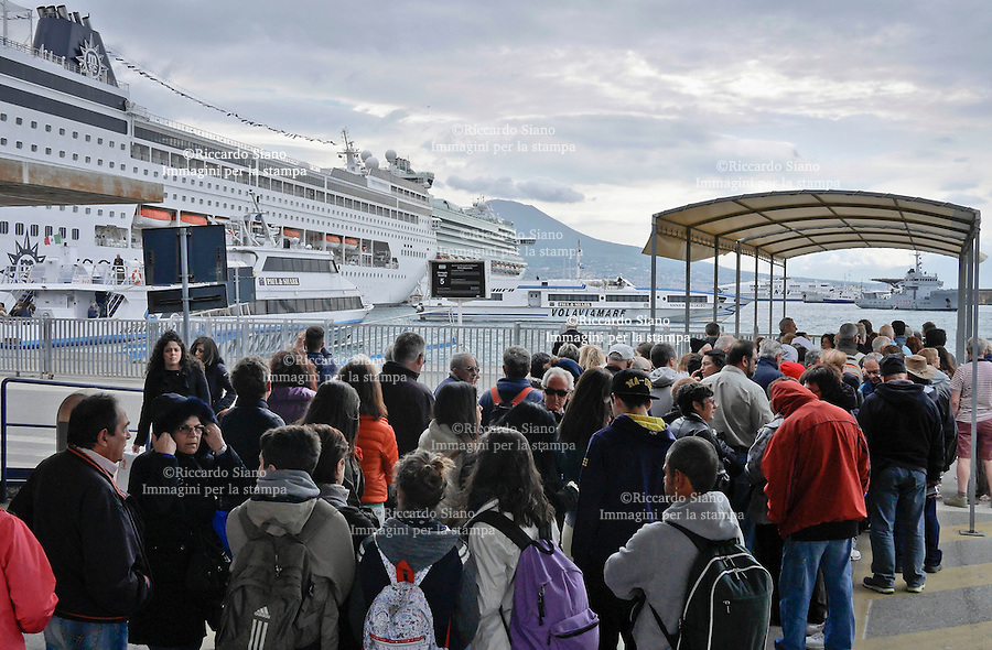 - NAPOLI 19 APR  2014 -  Pasqua, turisi imbarco per le isole