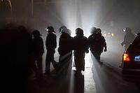 """Nach den pogromartigen Ausschreitungen gegen eine Fluechtlinsunterkunft im saechschen Heidenau am Freitag den 21. August 2015 durch Anwohnerinnen der Ortschaft, kamen am Samstag de 22. August 2015 ca. 250 Menschen in die Ortschaft um ihre Solidaritaet mit den Gefluechteten zu zeigen.<br /> Am Vorabend hatten Rassisten, Nazis und Hooligans sich zum Teil Strassenschlachten mit der Polizei geliefert um zu verhindern, dass Fluechtlinge in einen umgebauten Baumarkt einziehen. Ueber 30 Polizisten wurden dabei verletzt.<br /> Bis in die Abendstunden des 22. August blieb es trotz spuerbarer Anspannung um die Unterkunft ruhig. Im Laufe des Tages wurden immer wieder Gefluechtete mit Reisebussen gebracht was von den wartenenden Heidenauern mit Buh-Rufen begleitet wurde. Vereinzelt wurde auch """"Sieg Heil"""" gerufen, was die Polizei jedoch nicht verfolgte.<br /> Kurz vor 23 Uhr griffen Nazis und Hooligans wie am Vorabend die Polizei mit Steinen, Flaschen, Feuerwerkskoerpern und Baustellenmaterial an. Die Polizei mussten mehrfach den Rueckzug antreten, scheuchte den Mob dann von der Fluechtlingsunterkunft weg. Dabei wurden auch wieder Traenengasgranaten verschossen. Mindestens ein Nazi wurde festgenommen.<br /> Im Bild: Beamte der saechsichen Bundespolizei haben die Angreifer verscheucht.<br /> 22.8.2015, Heidenau/Sachsen<br /> Copyright: Christian-Ditsch.de<br /> [Inhaltsveraendernde Manipulation des Fotos nur nach ausdruecklicher Genehmigung des Fotografen. Vereinbarungen ueber Abtretung von Persoenlichkeitsrechten/Model Release der abgebildeten Person/Personen liegen nicht vor. NO MODEL RELEASE! Nur fuer Redaktionelle Zwecke. Don't publish without copyright Christian-Ditsch.de, Veroeffentlichung nur mit Fotografennennung, sowie gegen Honorar, MwSt. und Beleg. Konto: I N G - D i B a, IBAN DE58500105175400192269, BIC INGDDEFFXXX, Kontakt: post@christian-ditsch.de<br /> Bei der Bearbeitung der Dateiinformationen darf die Urheberkennzeichnung in den EXIF- und  IPTC-Daten nicht entfer"""