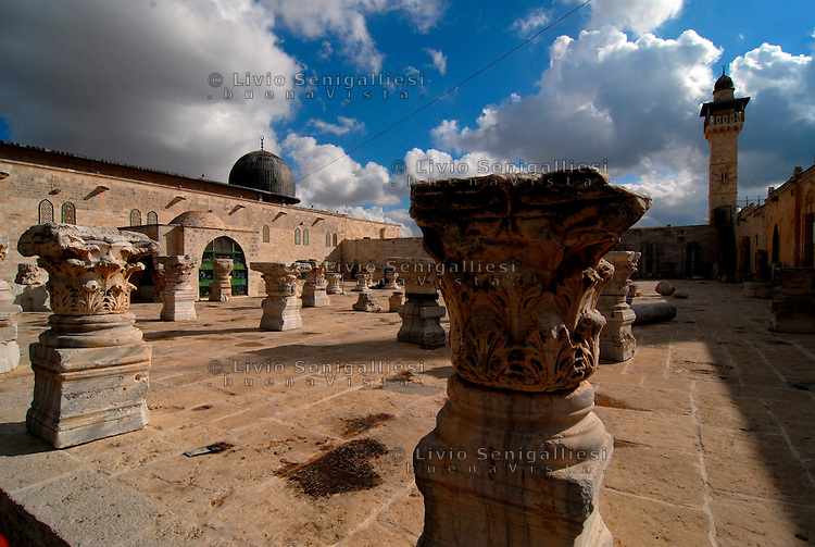Gerusalemme / Israele.La spianata delle moschee, nei pressi della Moschea Al-Aqsa, comprende una vasta area sacra per i fedeli dell'Islam, nel cuore della parte vecchia di Gerusalemme..E' considerato il terzo luogo sacro dell'Islam dopo la Kaaba di Mecca e la Moschea del Profeta di Medina..Foto Livio Senigalliesi...Jerusalem / Israel.Al Aqsa Mosque, or Al-Masjid el-Aqsa, in Jerusalem's Haram el-Sharif (the Temple Mount to Jews), is a mosque that includes the Dome of the Rock. It is Islam's third-holiest site after the Kaaba in Mecca and the Prophet's Mosque in Medina (both in Saudi Arabia). .Al-Aqsa is part of 180,000 square yard compound of al-Haram el-Sharif, or the Noble Sanctuary (or Sacred Precinct), occupying one-sixth of the walled area of the Old City of Jerusalem..Photo Livio Senigalliesi