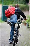 Nederland, Utrecht, 25-08-2006, Brugklasser, Brugpieper , met loodzware Eastpak rugzak , vol met zware boeken, op weg naar school.<br /> © foto Michael Kooren<br /> model release managed