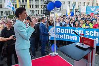 """Kundgebung der Linkspartei am Mittwoch den 18. April 2018 unter dem Motto """"Nein zum Krieg"""" in Berlin vor dem Brandenburger Tor. Mehrere hundert Menschen kamen um Reden von Bundestagsabgeordneten der Partei und Mitgliedern von Friedensinitiativen zu hoeren.<br /> Im Bild: Sarah Wagenknecht, Fraktionsvorsitzende der Partei im Bundestag, spricht zu den Kundgebungsteilnehmern.<br /> 27.1.2018, Berlin<br /> Copyright: Christian-Ditsch.de<br /> [Inhaltsveraendernde Manipulation des Fotos nur nach ausdruecklicher Genehmigung des Fotografen. Vereinbarungen ueber Abtretung von Persoenlichkeitsrechten/Model Release der abgebildeten Person/Personen liegen nicht vor. NO MODEL RELEASE! Nur fuer Redaktionelle Zwecke. Don't publish without copyright Christian-Ditsch.de, Veroeffentlichung nur mit Fotografennennung, sowie gegen Honorar, MwSt. und Beleg. Konto: I N G - D i B a, IBAN DE58500105175400192269, BIC INGDDEFFXXX, Kontakt: post@christian-ditsch.de<br /> Bei der Bearbeitung der Dateiinformationen darf die Urheberkennzeichnung in den EXIF- und  IPTC-Daten nicht entfernt werden, diese sind in digitalen Medien nach §95c UrhG rechtlich geschuetzt. Der Urhebervermerk wird gemaess §13 UrhG verlangt.]"""