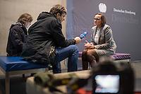 73. Sitzungs des NSA-Untersuchungsausschuss des Deutschen Bundestages am Mittwoch den 25. November 2015.<br /> In der nicht-oeffentlichen Sitzung gab es Streit zwischen Regierung und Opposition ueber den Umgang mit den Listen der BND-Selektoren.<br /> Im Bild: Martina Renner, Obfrau der Linkspartei im Ausschuss spricht mit Journalisten ueber einen Streit in der geschlossenen Sitzung zwischen den Vertretern der Opposition und der Regierung zum Thema der Liste der BND-Selektoren.<br /> 25.11.2015, Berlin<br /> Copyright: Christian-Ditsch.de<br /> [Inhaltsveraendernde Manipulation des Fotos nur nach ausdruecklicher Genehmigung des Fotografen. Vereinbarungen ueber Abtretung von Persoenlichkeitsrechten/Model Release der abgebildeten Person/Personen liegen nicht vor. NO MODEL RELEASE! Nur fuer Redaktionelle Zwecke. Don't publish without copyright Christian-Ditsch.de, Veroeffentlichung nur mit Fotografennennung, sowie gegen Honorar, MwSt. und Beleg. Konto: I N G - D i B a, IBAN DE58500105175400192269, BIC INGDDEFFXXX, Kontakt: post@christian-ditsch.de<br /> Bei der Bearbeitung der Dateiinformationen darf die Urheberkennzeichnung in den EXIF- und  IPTC-Daten nicht entfernt werden, diese sind in digitalen Medien nach §95c UrhG rechtlich geschuetzt. Der Urhebervermerk wird gemaess §13 UrhG verlangt.]