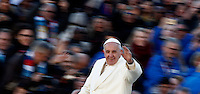 Papa Francesco saluta i fedeli al suo arrivo all'udienza generale del mercoledi' in Piazza San Pietro, Citta' del Vaticano, 16 novembre 2016.<br /> Pope Francis waves to faithful as he arrives for his weekly general audience in St. Peter's Square at the Vatican, on November 16,  2016.<br /> UPDATE IMAGES PRESS/Isabella Bonotto<br /> <br /> STRICTLY ONLY FOR EDITORIAL USE